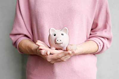 Person holding piggy bank  - p1124m1511046 by Willing-Holtz