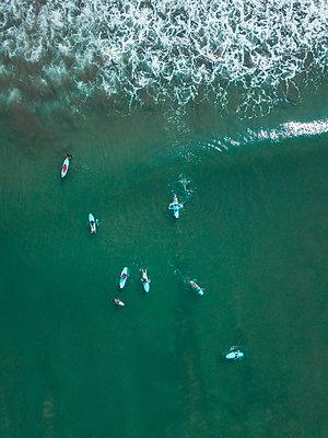 Indonesia, Bali, Kuta beach, surfers - p300m2070500 by Konstantin Trubavin