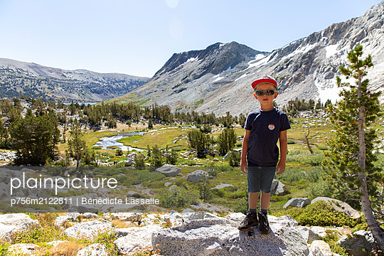 Little boy wearing sunglasses - p756m2122811 by Bénédicte Lassalle