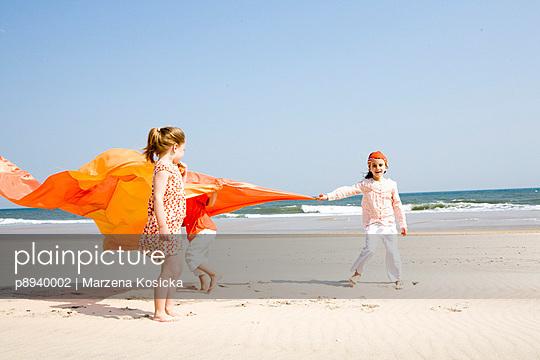 Kinder spielen am Strand - p8940002 von Marzena Kosicka