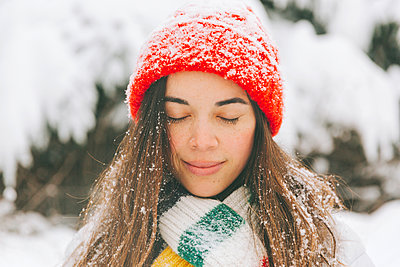 Portrait of smiling woman with eyes closed in winter - p300m2166435 by Crystal Sing