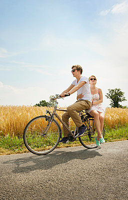 Couple riding bicycle - p429m839082 by Mischa Keijser