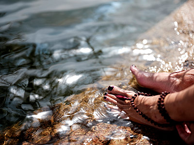 Woman's feet  in the water - p551m2056677 by Kai Peters