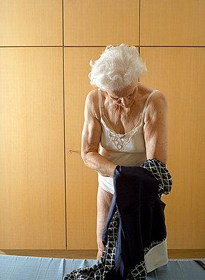 Alte Frau beim Umkleiden - p6060206 von Iris Friedrich