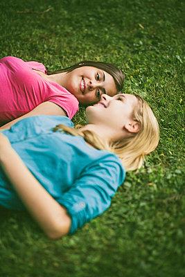 Zwei Freundinnen - p946m815520 von Maren Becker