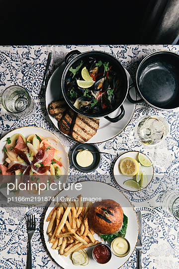 Overhead of a meal out at a new American restaurant - p1166m2191874 by Cavan Images