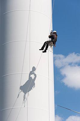 Industriekletterer am Windkraftturm - p1079m1184981 von Ulrich Mertens