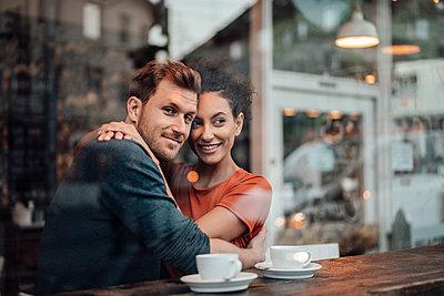 Deutschland, NRW, Essen, Cafè, Paar, Business, Homeoffice, Mann, 34 Jahre, Frau, 28 Jahre - p300m2266046 von Joseffson