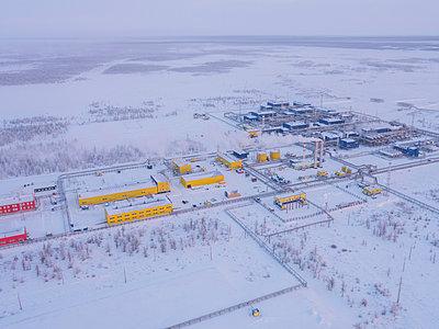 Ölfelder und Gasfelder mit Aufbereitungsanlagen in Russland - p390m2126667 von Frank Herfort