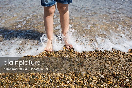 Little boy at the beach - p1623m2278694 by Donatella Loi