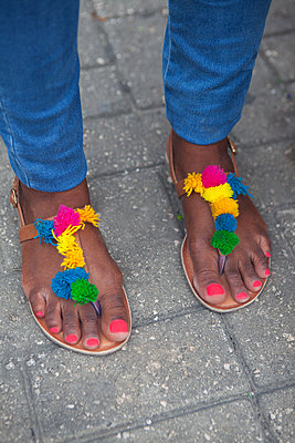 Lackierte Füße in bunten Sandalen - p045m2005010 von Jasmin Sander