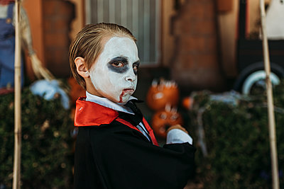 Young boy dressed as Dracula posing in costume at Halloween - p1166m2208363 by Cavan Images