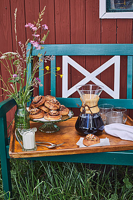 Schwedische Kanelbullar und frischer Kaffee  - p1573m2289117 von Christian Bendel
