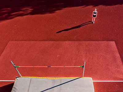 Germany, Baden-Wurttemberg, Schorndorf, Female athlete concentrating before high jump - p300m2156699 by Stefan Schurr
