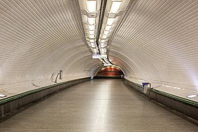 Empty metro corridor - p940m2184774 by Bénédite Topuz