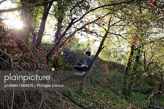 Jugendlicher allein im Wald - p1468m1584976 von Philippe Leroux