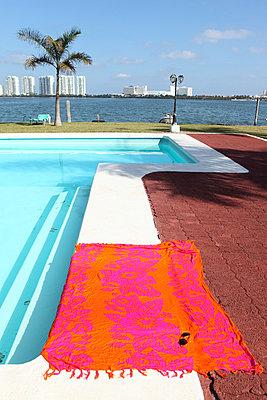 Handtuch am Poolrand - p045m813477 von Jasmin Sander
