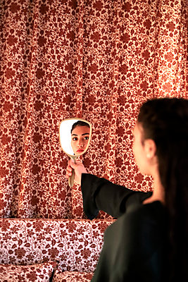 Spiegelung eins Teenagers im Spiegel - p1521m2128954 von Charlotte Zobel