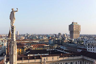 Italy, Milan, Sculpture on Milan Cathedral, cityview - p300m1130163f von Nabiha Dahhan