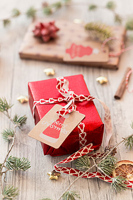 Christmas decoration and wrapped presents on wood - p300m1189328 by Sandra Roesch