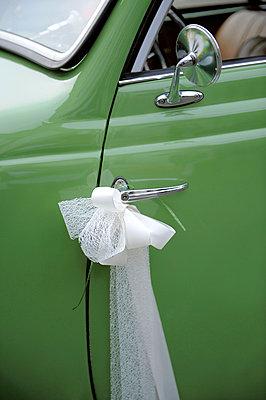 Grünes Hochzeitsauto - p949m856244 von Frauke Schumann