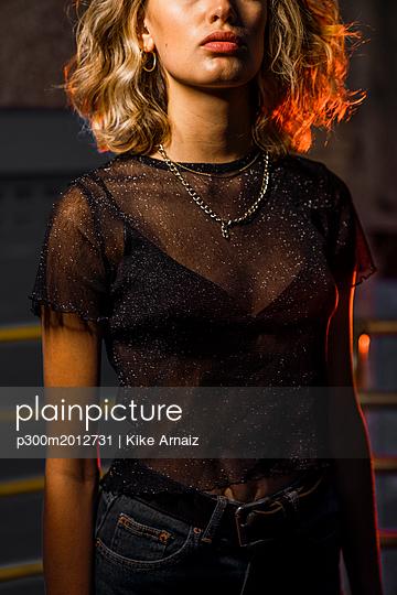 Stylish young woman at night, mid section - p300m2012731 von Kike Arnaiz