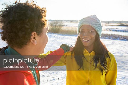 Netherlands, Den Bosch, woman and teen son in snowy landscape - p300m2287422 von Frank van Delft
