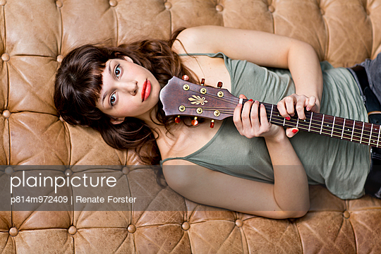 Gitarristin - p814m972409 von Renate Forster