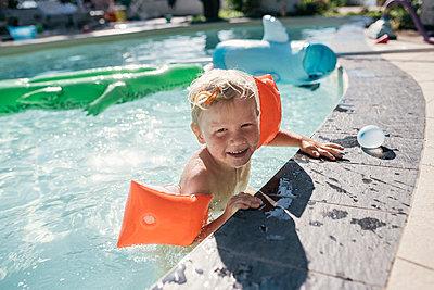 Kleiner Junge im Pool - p1046m2053677 von Moritz Küstner