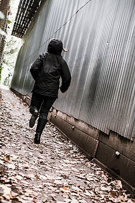Woman running away - p1228m1492797 by Benjamin Harte