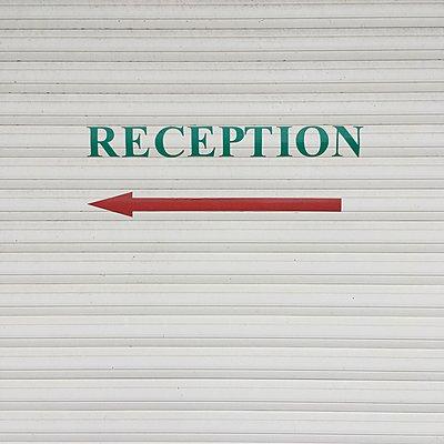 Reception, Richtungspfeil an einer Wand - p1401m2260481 von Jens Goldbeck