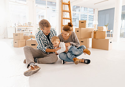 Happy family moving into new home - p300m1536229 by Kniel Synnatzschke