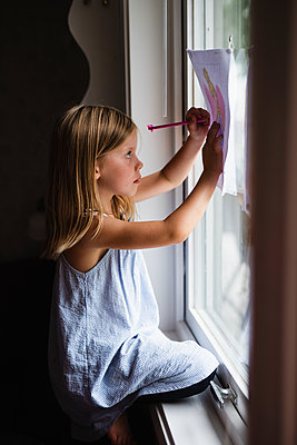 Girl drawing - p312m2079751 by Anna Johnsson