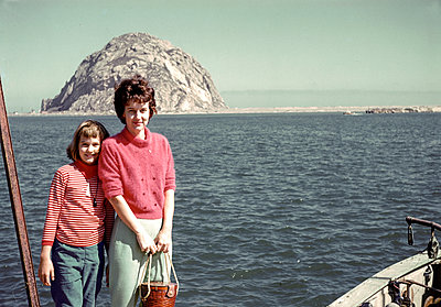 Caucasian mother and daughter posing near ocean - p555m1444170 by PBNJ Productions