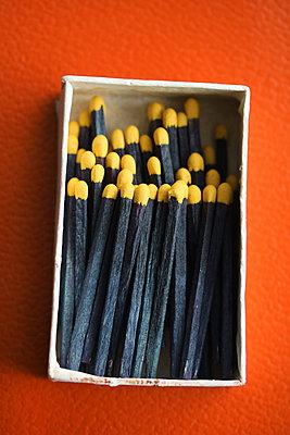 Schwarze Streichhölzer in einer Schachtel     - p450m1548187 von Hanka Steidle