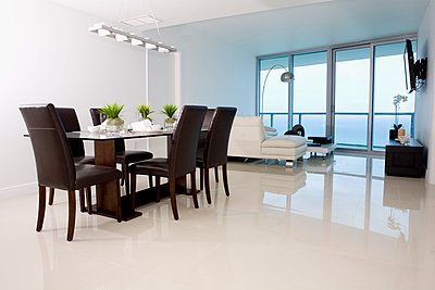 Dining table and sofas in modern living space - p555m1421518 by Camilo Morales