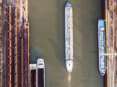 Cargo ship in industrial harbor, aerial view - p586m1104925 by Kniel Synnatzschke