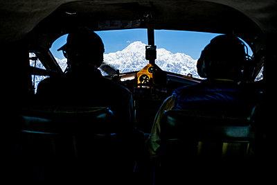 Im Propellerflugzeug über einem Gletscher, Alaska, USA - p741m2168711 von Christof Mattes