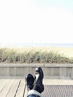 Man relaxing at the beach - p896m1479421 by Richard Brocken