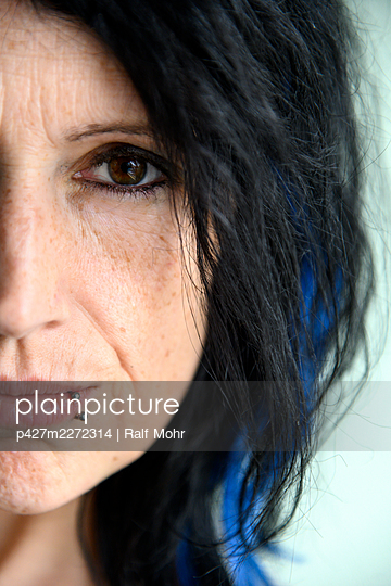 Woman with lip piercing, portrait - p427m2272314 by Ralf Mohr