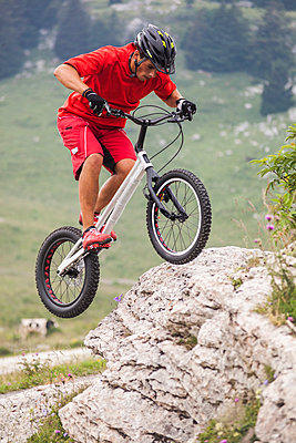 Acrobatic biker on trial bike - p300m2023927 von Giorgio Fochesato