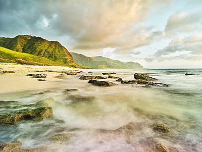 Scenic view of waves splashing on shore at beach in Ka'ena Point State Park against sky - p300m2131765 by Christian Vorhofer