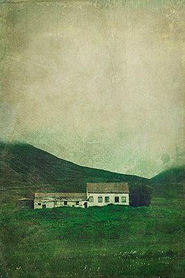 Verlassener Bauernhof in Island - p470m934109 von Ingrid Michel