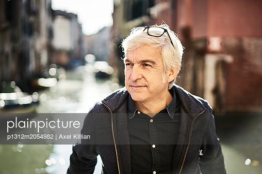 Mann in Venedig - p1312m2054982 von Axel Killian