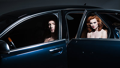Nacktes Paar im Auto - p1081m1133439 von Cédric Roulliat