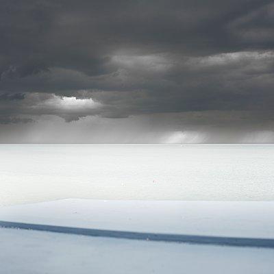 Lichtfleck am Horizont - p1137m1559142 von Yann Grancher