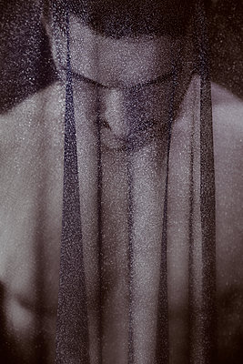 Mann unter einem durchsichtigem Stoff - p1248m1491851 von miguel sobreira