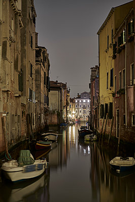 Boote Kanal Nacht - p1312m2020075 von Axel Killian