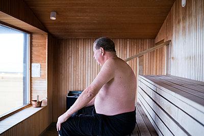 Mature man sitting in sauna - p312m1471514 by Viktor Holm