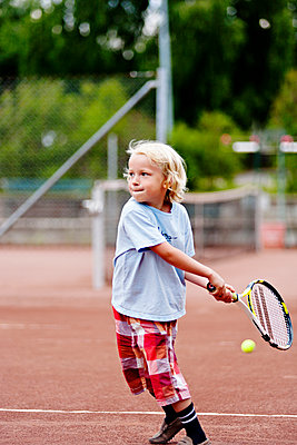 View of boy playing tennis - p312m1551964 by Johner Images